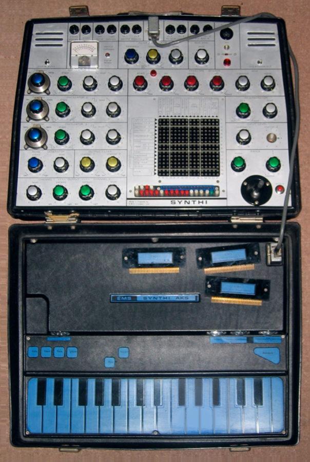 Palanen modulaatiomatriisin historiaa: EMS Synthi AKS.